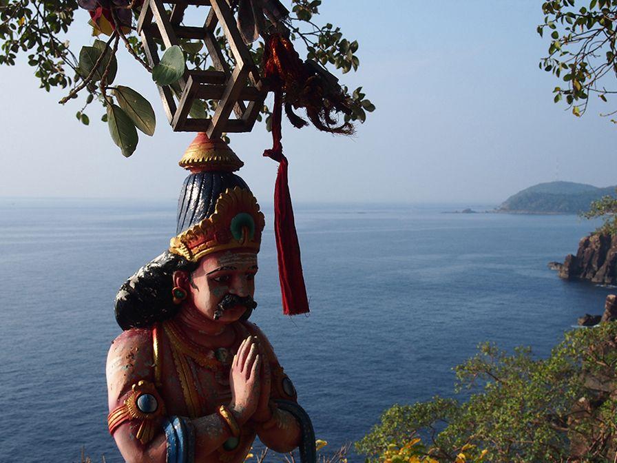 Vue depuis le Swami Rock, en premier plan une divinité hindoue et une cage à vœux