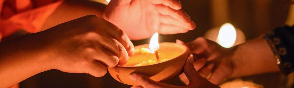 Une bougie allumée par un moine lors des célébrations bouddhistes de Vesak au Sri Lanka.