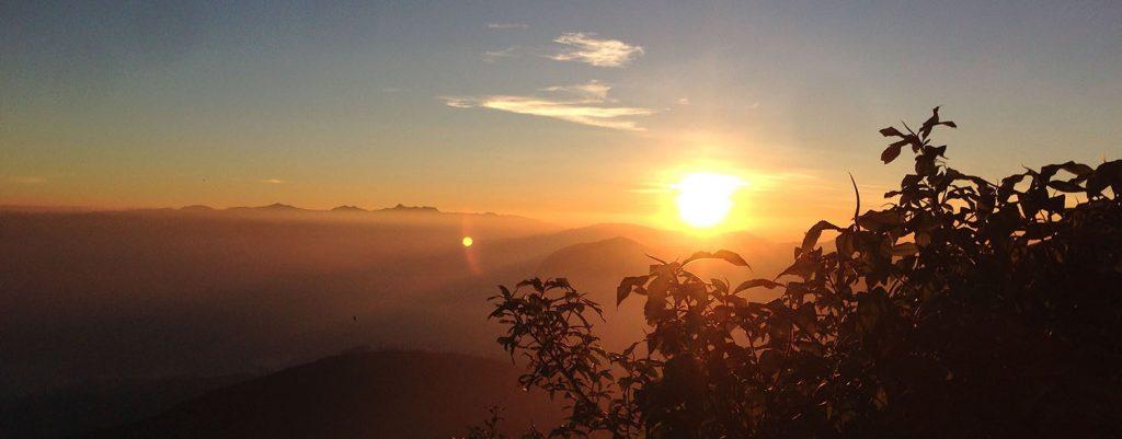 Le lever du soleil au sommet de l'Adam's Peak au Sri Lanka