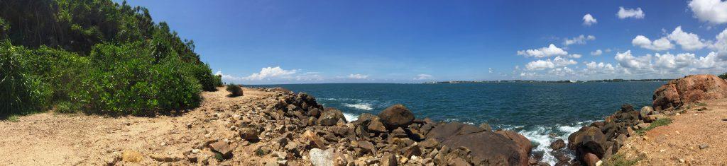 Plage de la jungle avec une vue panoramique sur l'océan